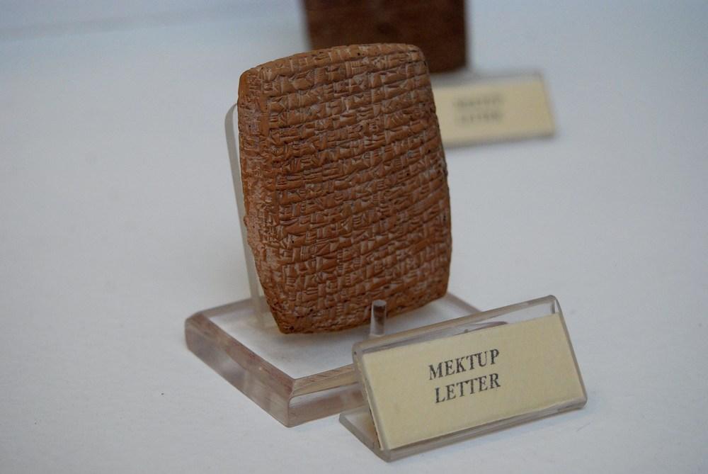 tablette d'argile en écriture cunéiforme