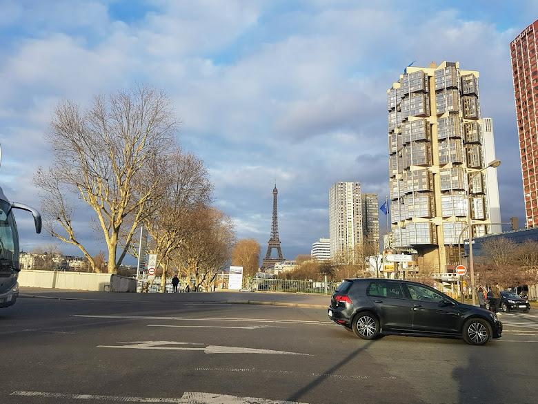 在住宿附近的 Pont de Grenelle 遠眺艾非爾鐵塔