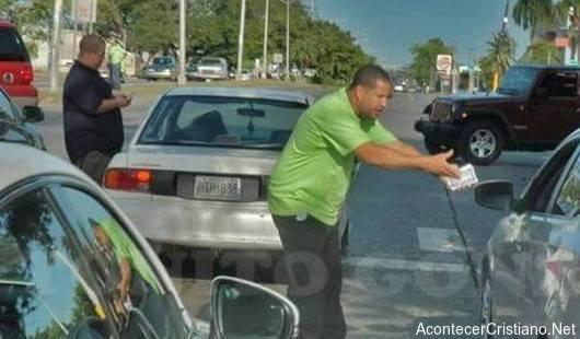 Héctor Delgado y Julio Ramos evangelizando en las calles
