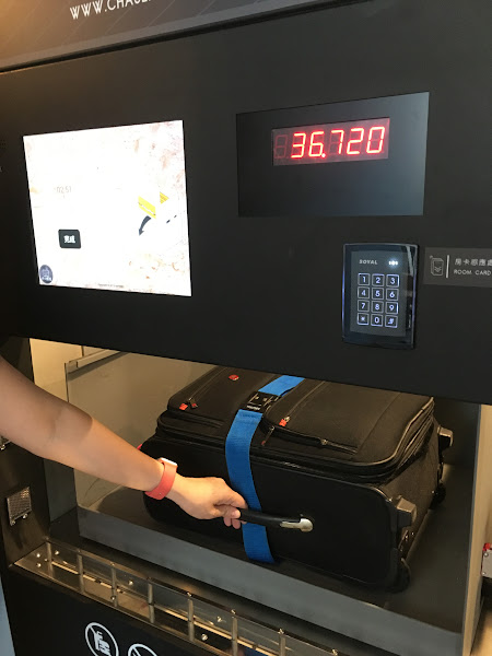 旅客透過房卡進行身份識別,放入行李、系統自動秤重以判別適合的行李櫃尺寸,接著可負重200公斤的ABB機器人就會把行李放到櫃中。(圖片來源:詹子嫻攝)