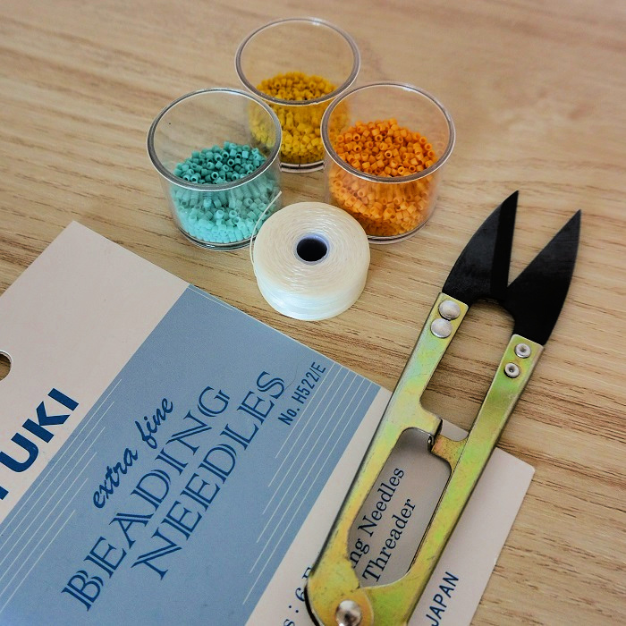 les essentiels pour demarrer dans le tissage de perles miyuki : perles, ciseaux de précision, aiguilles, fil