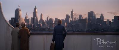 Newt osserva New York dalla nave su cui ha viaggiato