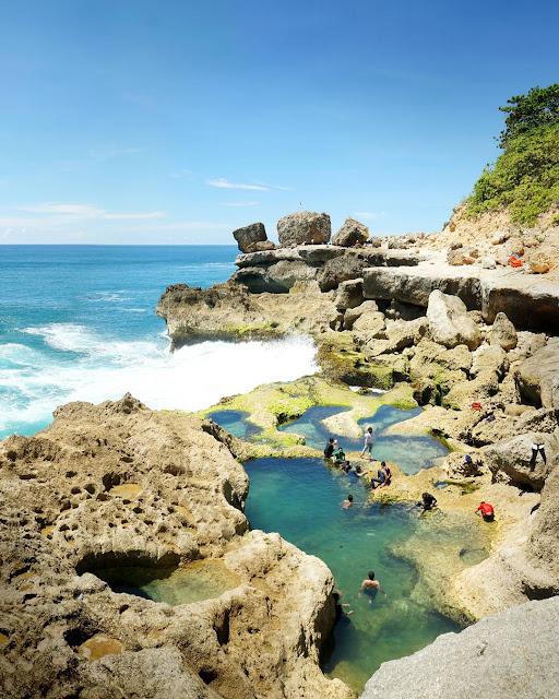 foto pengunjung di pantai kedung tumpang