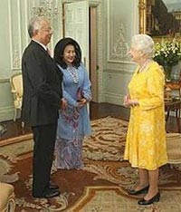 Queen Elizabeth joins BERSIH call for reform with bright yellow dress