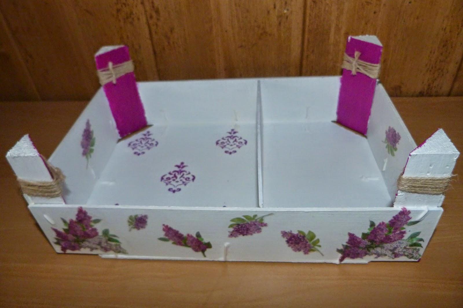 Reciclar una caja de fresas isabel vintage - Como decorar una estanteria de madera ...