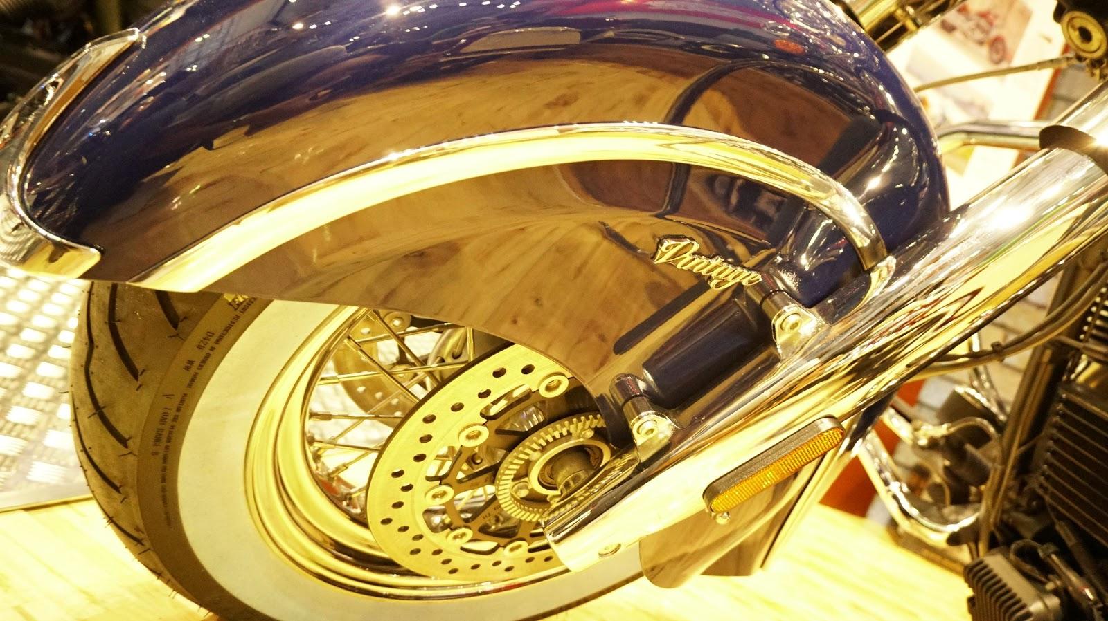 Bánh trước được lắp hai phanh đĩa kèm hệ thống phanh ABS, phuộc hành trình biến thiên 119 mm