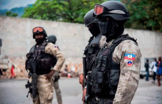 Enfrentamientos entre grupos armados durante el pasado fin de semana han dejado al menos siete muertos en el barrio de Cité Soleil de la capital de Haití, según reportaron a Efe este lunes testigos de esos sucesos, mientras que esta mañana un policía murió tiroteado en el centro de la ciudad.