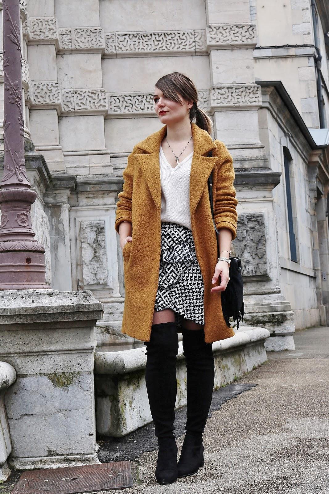 pauline-dress-moyne-blog-mode-deco-lifestyle-besancon-outfit-tenue-look-jaune-moutarde-2018-promod-maje-m-sac-noir-jupe-pied-de-poule-imprimee-blogueuse-volants-pull-col-v-cosy-prettywire-cuissardes-noires-suedine
