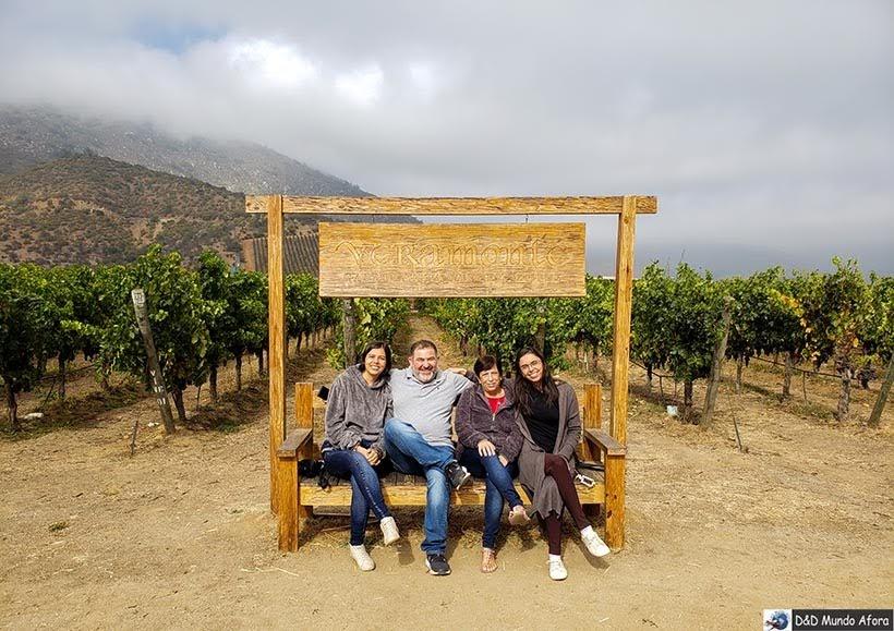 Nós e o guia Victor em uma vinícola do Vale Casablanca - Destino Chile: empresa de passeios no Chile