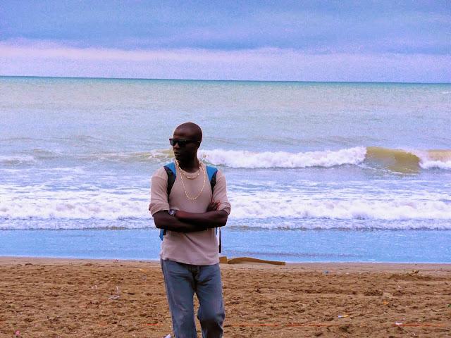 Cruzado de brazos de espaldas al  mar