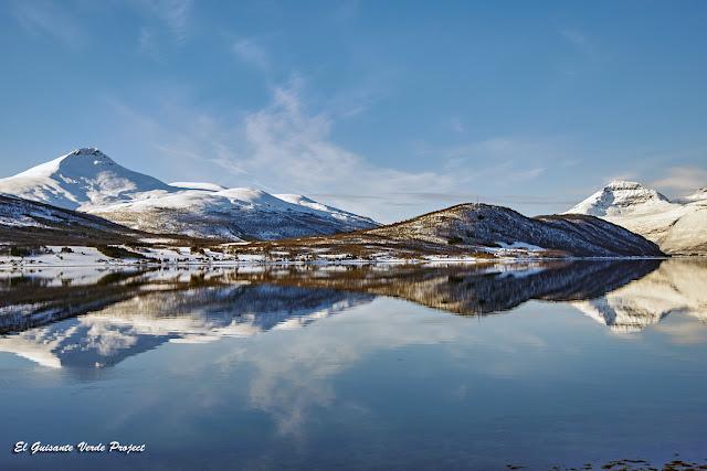 Espejo de agua en ruta hacia Nordkjosbotn - Tromso por El Guisante Verde Project