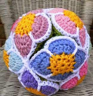 http://translate.googleusercontent.com/translate_c?depth=1&hl=es&rurl=translate.google.es&sl=en&tl=es&u=http://www.lookatwhatimade.net/crafts/yarn/crochet/free-crochet-patterns/crochet-flower-ball-pattern-amish-puzzle-ball/&usg=ALkJrhgJAhv-Mq5HZabHnG0yjDDSyPqPfw