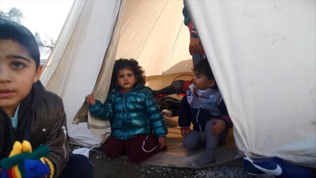 Enseñan a refugiados cómo resguardarse del frío en Grecia