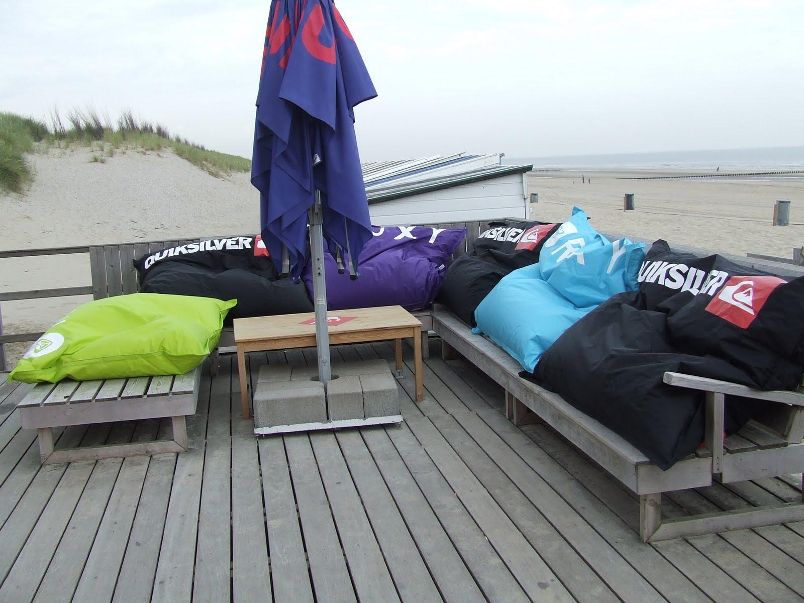 SPORTSHOP DOMBURG zitzakken op de surfschool
