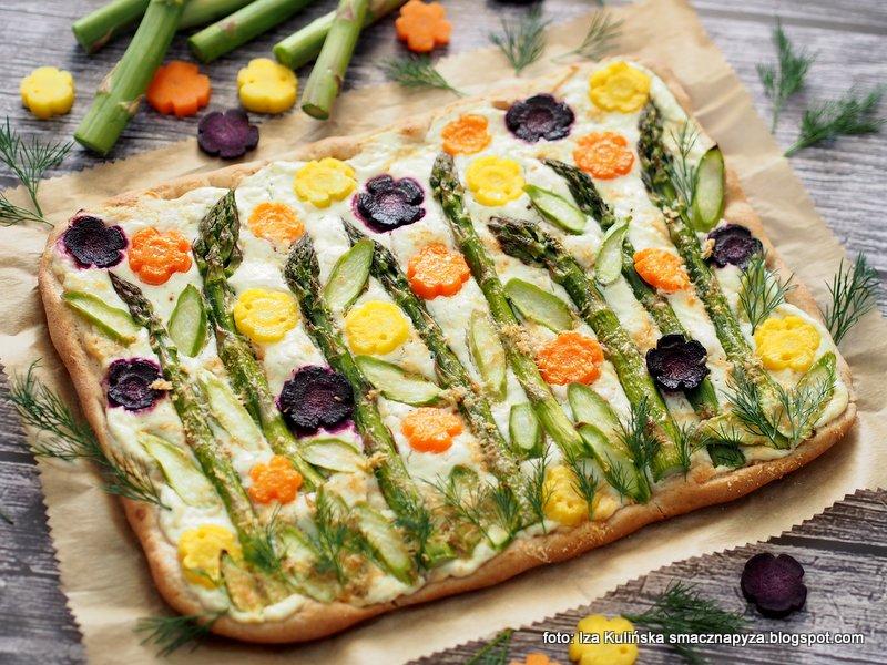 placek drodzowy z warzywami, warzywa, szparagi, wiosenna pizza, sos twarogowy, twarozek, bialy sos, wiosenny placek ala pizza, obiad, zapiekanka, laczka, kolorowe marchewki