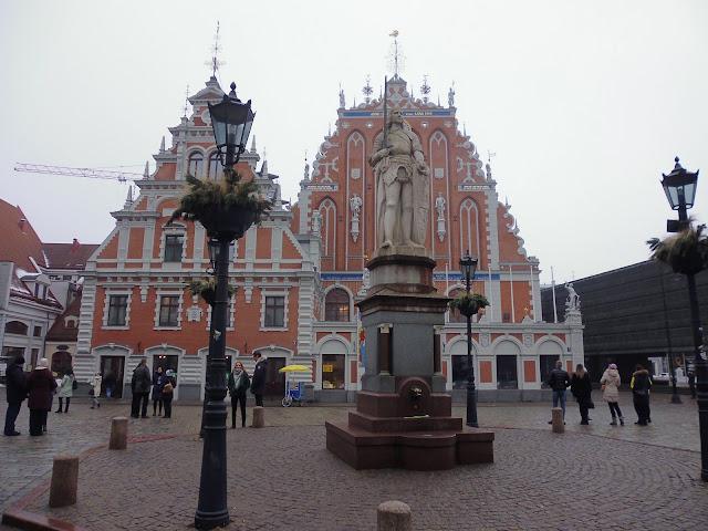 Plaza del Ayuntamiento con la estatua de Roland (Riga) (@mibaulviajero)