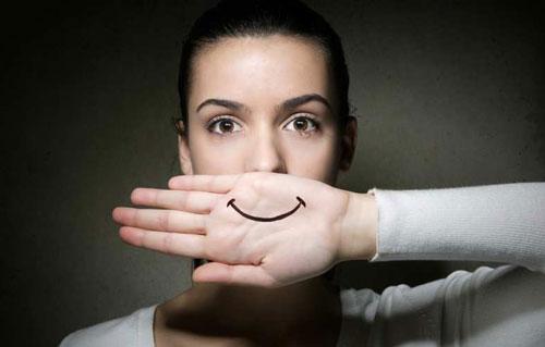 senyuman tulus atau senyum basa basi