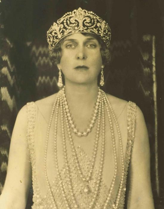 a76c017e71fd Ena con el collar que luce algo más largo por las perlas añadidas