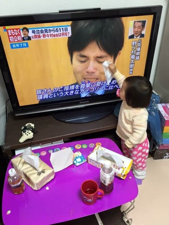 16 Pictures Of Children Restored Our Faith In Humanity - Japanese girl is wiping away the tears of a politician.