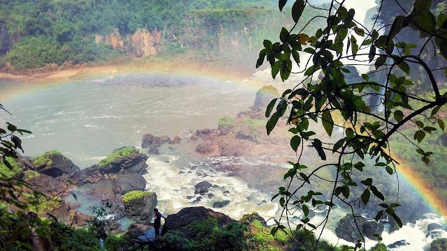 Cataratas del Iguazú no lado argentino com arco-íris.