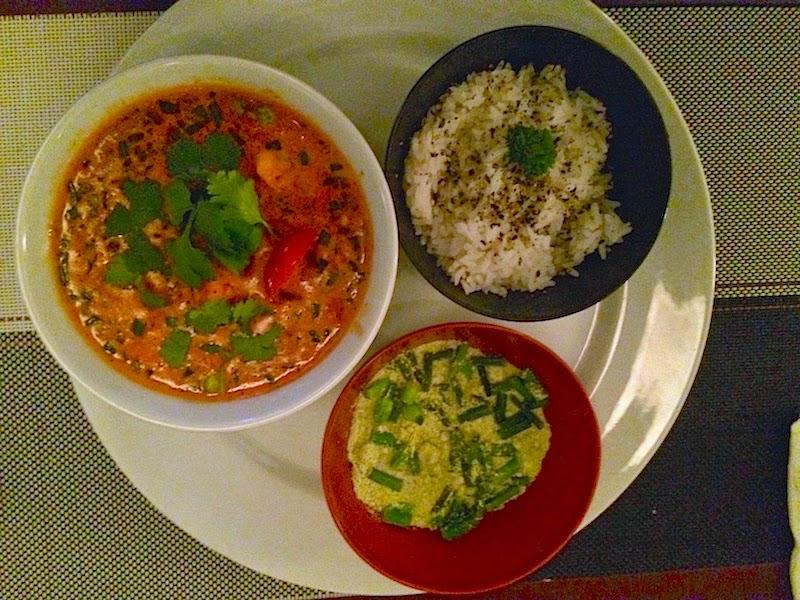 Curry vermelho de camarão com legumes e farofinha de nirá e arroz de jasmim