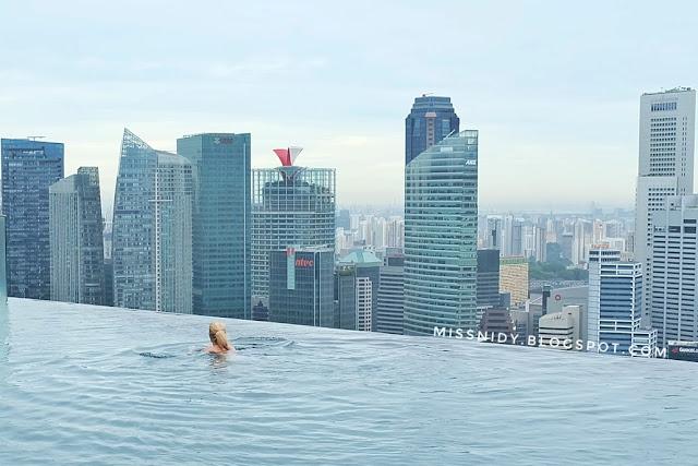 pengalaman berenang di marina bay sands hotel