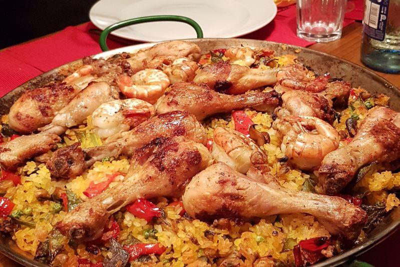 Iberische Reispfanne mit Hühnerschenkeln und Garnelen