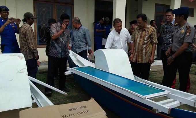 Bupati Sinjai Serahkan Bantuan Kepada Nelayan