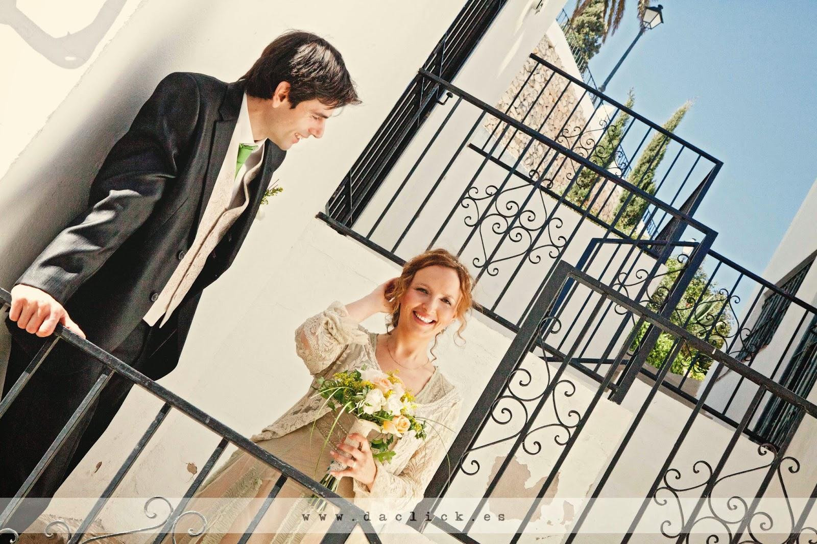 novios tras el forjado de la escalera