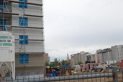 Osiedle Piastowskie, widoczne wieże rarusza i kościoła