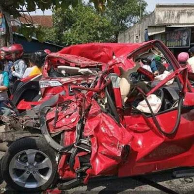 Kecelakaan beruntun di jombang, 3 mobil gepeng.