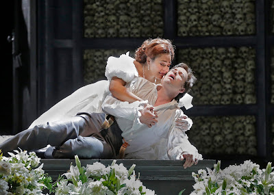 Ailyn Pérez (Juliette) and Stephen Costello (Roméo) in 'Roméo et Juliette' (c) Ken Howard for Santa Fe Opera, 2016