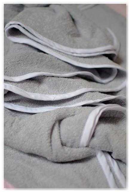 détail finition sortie de bain biais blanc éponge grise
