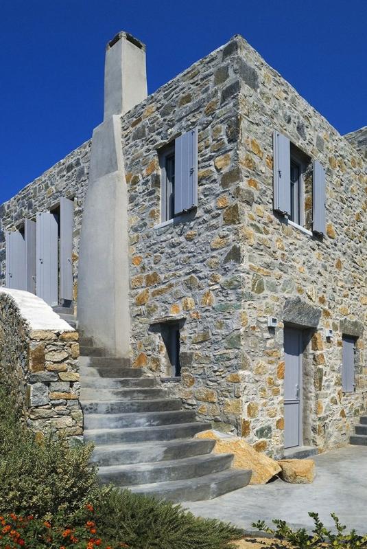 casa en serifos construida con piedra local chicanddeco
