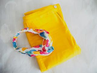 photo--novedades-niña-pantalon-amarillo-zara-diadema-piñas-primark