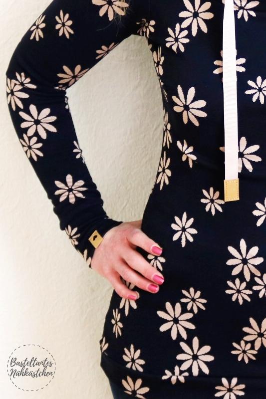 Details SnapPap - Missy 2.0 von Melians Kreatives Stoffchaos aus Jacquard Jersey Blau mit Blumen und Labels aus SnapPap
