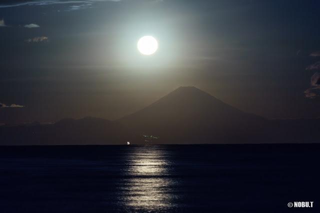 月と富士山~北条海岸(千葉県館山)