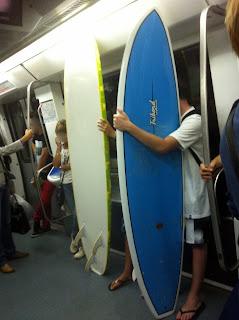 En #Barcelona se puede ir en metro a surfear…