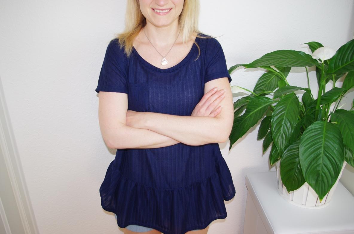 Frau trägt selbst genähtes Waterfall Raglan Shirt in Blau Schnittmuster für Frauen von Chalk & Notch  für 12 Colours of Handmade Fashion