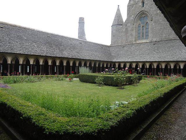 Claustro gótico de la abadía del Monte Saint Michel