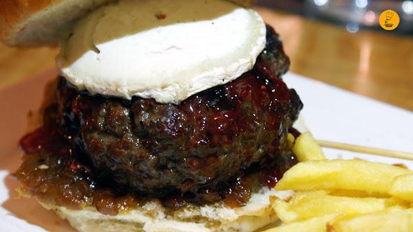 Hamburguesa de 250g de vaca gallega con queso de cabra, cebolla caramelizada y frutos rojos (12,80€) Gobu General Pardiñas Madrid hamburguesería gourmet