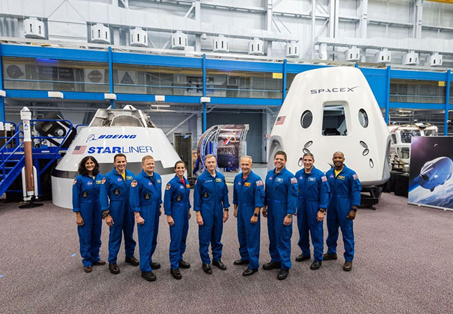 Tinuku NASA announced its first commercial crew, targeting 2019 for test flights