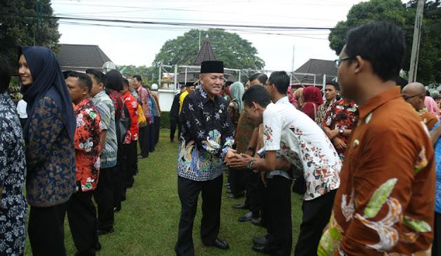 Plt Bupati Lumajang dr. Buntaran Suprianto menyalami para ASN