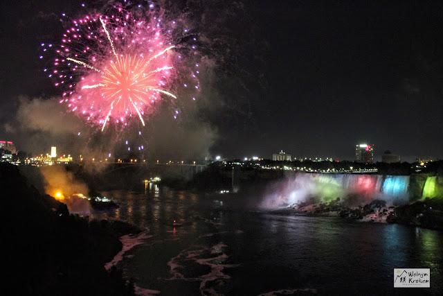 Fajorwerki nocą nad wodospadem Niagara