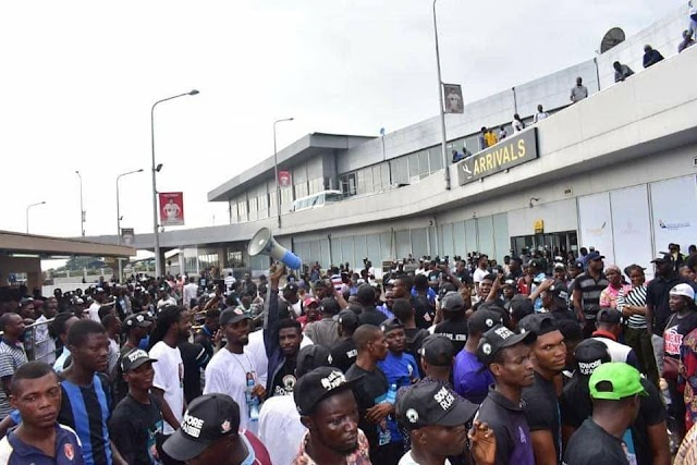 See the Massive Crowd Turnout As Omoyele Sowore Campaign At Lagos Airport