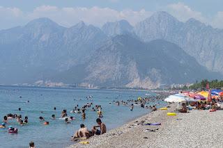 La playa de Konyaalti y las montañas Beydağlar.
