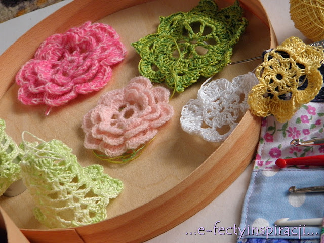 kwiaty z włóczki na szydełku