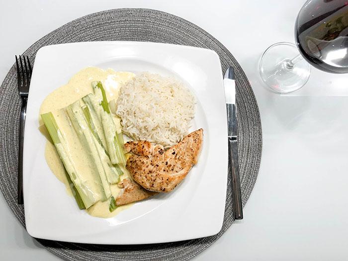 Stangensellerie in Currysauce mit Reis und Huhn