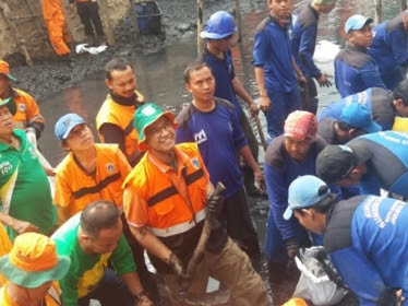 Mengedukasi Warga Gubernur Pimpin Bersih-bersih Sampah Kali
