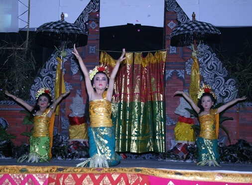Pendet trip the low-cal fantastic toe is i of the traditional dances of Bali BaliBeaches: Pendet Dance Bali